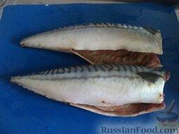 Скумбрия тушеная с овощами: Отрезать голову и хвост у скумбрии, разрезать брюшко, выпотрошить, вымыть рыбу.