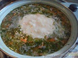 Сырный суп с гренками: Когда сыр расплавится, добавить вермишель, соль, перец, сливочное масло, любимые специи. Варить 10 минут.   Вымыть и мелко нарезать зелень. Добавить в суп. Довести до кипения и снять с огня.