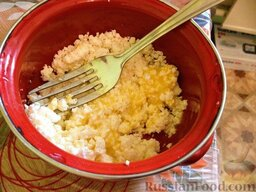 Диетическое (несладкое) печенье с творогом и овсянкой: Если творог зернистый, размять его с яйцом.