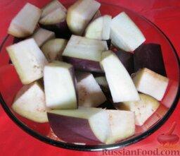 Овощное рагу с курицей: Баклажаны порезать крупными кусками.
