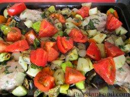 Овощное рагу с курицей: Через 30 минут достать рагу из духовки, перемешать, сверху овощей выложить помидоры и снова поставить в духовку, еще на 10-15 минут. Овощи должны за это время стать абсолютно мягкими, но не развалиться.