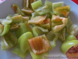 Овощное рагу с курицей: Болгарский перец порезать крупными кусочками.