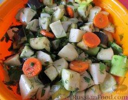 Овощное рагу с курицей: В большую миску высыпать картофель, морковь, перец, баклажаны, кабачки, лук, чеснок и зелень. Посолить, поперчить, полить 4-мя столовыми ложками масла, перемешать.
