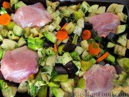 Овощное рагу с курицей: Выложить овощи на большой противень, смазанный маслом, распределить овощи равномерно, а по углам положить по одному бедрышку. Посыпать солью и перцем, сбрызнуть маслом, поместить в разогретую духовку.   Запекать рагу с курицей 30 минут.