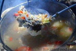 Халасле - венгерский рыбный суп: Варим всё 2 часа, периодически открывая крышку и перетирая все ингредиенты с помощью двух шумовок.