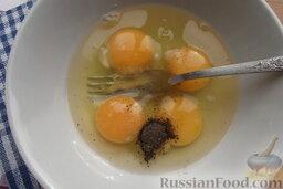 Шницели рубленые из сёмги с сыром: Вилкой взбейте яйца с солью и молотым перцем.