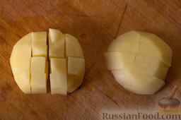 Эчпочмак: Нарезаем картошку и мелко режем лук.