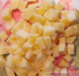 Сырный суп с курицей: Картофель нарезать небольшими кубиками. Вынуть, сварившуюся курицу из бульона. В бульон выложить картофель.Пока он варится измельчить куриное филе.