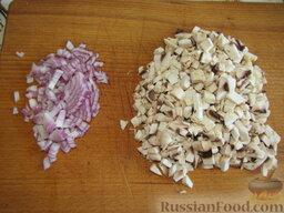 Гречневые блины с грибами: Лук и грибы измельчите. (Если вы остановили свой выбор на лесных грибах, для начала их потребуется отварить.)