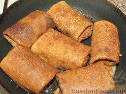 Гречневые блины с грибами: Смажьте сковороду маслом. Выложите готовые блины с начинкой и слегка поджарьте их с двух сторон.   Если хотите, чтобы блюдо было менее калорийным, можно пропустить этот шаг. Однако поджаренные блинчики с нежной и хрустящей корочкой получаются гораздо вкуснее.