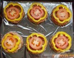 Корзиночки из фарша: Перец+помидоры:  Перец и помидоры нарезать кружочками и положить по колечку на каждую корзиночку.