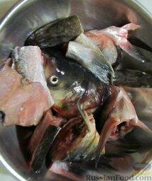 Уха наваристая с рисом: Для наваристого бульона нужно взять головы, хвосты и хребты морской и/или речной рыбы. Подойдет толстолобик, щука, судак и т.п. У меня было 1,8 кг таких рыбных частей, из них 4 крупные головы толстолоба и одна голова судака.