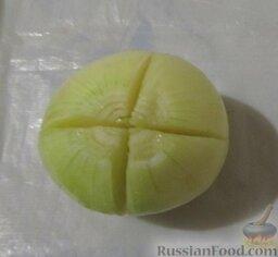 Уха наваристая с рисом: Тем временем на одной луковице сделать крестообразный надрез, не дорезая до конца.  Одну морковь разрезать пополам.