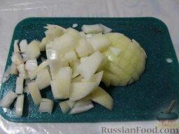 Уха наваристая с рисом: Тем временем лук порезать кубиками.