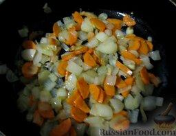 Уха наваристая с рисом: Обжарить лук и морковь на небольшом количестве растительного масла до прозрачного состояния лука, но не зажаривать овощи. Снять сковороду с плиты.