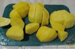 Уха наваристая с рисом: Пока бульон снова вскипает, нужно порезать картофель крупными кусками.