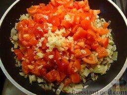 Рататуй (тушеные овощи по-французски): Тем временем займемся остальными овощами. Чтобы удалить кожицу с помидоров, проколите их вилкой в нескольких местах, обдайте кипятком - кожица снимется гораздо проще.   В глубокой сковороде разогрейте оливковое масло, обжарьте мелко порезанный лук, добавьте порезанные помидоры, чеснок, базилик, тимьян, сахар, посолите и поперчите по вкусу.