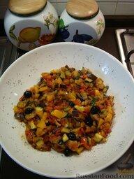 Рататуй (тушеные овощи по-французски): Затем добавьте к помидорам остальные тушеные овощи и черные маслины. Тушите на медленном огне еще 15 минут - и вам рататуй готов!  Если рататуй получился слишком маслянистым, то можно ложкой удалить лишнее масло.  Рататуй можно есть как холодным, так и горячим.   Особенно хорош он с гренками из белого хлеба и холодным вином из белой смородины - по крайней мере, так едят это блюдо в Ницце!  Приятного аппетита!