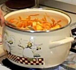 Сырный сливочный крем-суп с беконом: Теперь добавим в кастрюлю порезанный небольшими кубиками картофель и обжарим все еще 3-4 минуты.