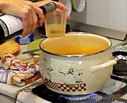 Сырный сливочный крем-суп с беконом: Снова возвращаем суп на плиту, доводим до кипения, добавляем вино.