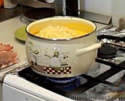 Сырный сливочный крем-суп с беконом: Теперь пришло время сыра. Сыр мы должны предварительно натереть на терке. Отправляем его в кипящий суп и при непрерывном помешивании даем полностью растаять в супе, чтобы он приобрел однородную консистенцию. Как только сыр растает, снимаем наш супчик с огня.