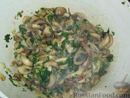 Суп-пюре из шампиньонов и картофеля: Добавить нарезанные грибы и измельченную петрушку, тоже обжарить.