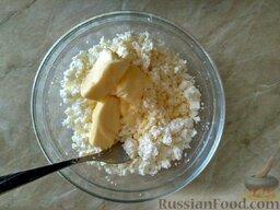 """Творожное печенье """"Гусиные лапки"""": В размягченное масло добавляем творог, ванильный сахар и соду, гашенную лимонным соком, или 1 ч. л. разрыхлителя."""