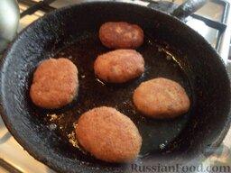 Котлеты из толстолобика: Разогреть сковороду, налить 3 ст. ложки растительного масла. В горячее масло выложить подготовленные котлеты. Жарить на умеренном огне с одной стороны до золотистости. Затем перевернуть и так же жарить с другой стороны. Так пожарить все котлеты (масло доливать по мере надобности, по 1-2 ст. ложки).