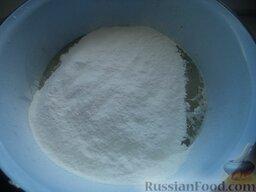 Пирожки с повидлом: Приготовить тесто безопарным способом. Подогреть молоко до 30-35 градусов. В молоке развести дрожжи. Добавить соль, сахар, теплое масло и яйца. Все хорошо перемешать. Муку просеять и добавить в миску.