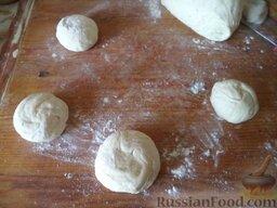 Пирожки с повидлом: Разделить тесто на кусочки, размером с куриное яйцо.