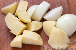 Котлеты из смешанного фарша: Очищенные картофель и лук нарезаем, исходя из тех же соображений.