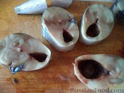 Скумбрия маринованная с семенами горчицы: Разморозить рыбу, отрезать голову. Нарезать рыбу на порционные кусочки (толщиной 1,5-2 см). Вынуть внутренности, не разрезая брюшко. Вымыть кусочки скумбрии.