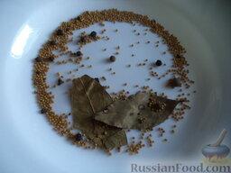 Скумбрия маринованная с семенами горчицы: Подготовить специи.