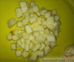 """Фруктовый салат """"Ананас"""": Помыть яблоко, очистить от кожуры и семян, а затем нарезать небольшими кубиками."""
