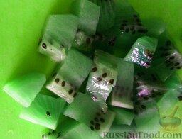 """Фруктовый салат """"Ананас"""": Киви очистить. Половинку порезать кубиками, а  вторую половинку оставить для украшения блюда."""