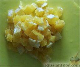 """Фруктовый салат """"Ананас"""": Очистить апельсин от кожуры и нарезать кубиками."""