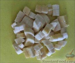 """Фруктовый салат """"Ананас"""": Очистить бананы и нарезать кубиками."""
