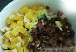 """Фруктовый салат """"Ананас"""": Сложить подготовленные фрукты, орехи и изюм в салатницу и залить йогуртом."""