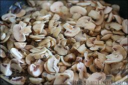 Жареные шампиньоны с фаршем: После того, как лук пожарился, кидаем на сковороду шампиньоны.
