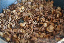 Жареные шампиньоны с фаршем: Добавляем соевый соус, приправляем и как следует обжариваем.