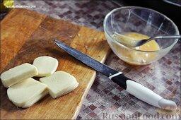 Салат с авокадо, жареным сыром и куриными сердечками: Обмакнуть кусочки сыра во взбитом яйце, потом обвалять в сухарях, потом снова в яйце и снова в сухарях. Если сыр плохо обвалять, то он вытечет во время жарки. Сыр сулугуни жарится в большом количестве масла.
