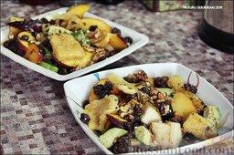 Салат с авокадо, жареным сыром и куриными сердечками: В салат добавляем оставшиеся ингредиенты: персик, грецкие орехи, горячие жареные куриные сердечки, жареный сыр. Можно чуть сбрызнуть все лимонным соком и оливковым маслом.