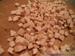 """Салат """"Русский"""": Колбасу нарезать кубиками."""