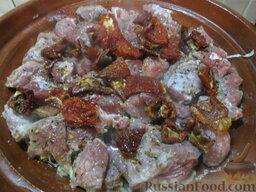 Таджин из телятины и овощей: Сушеные помидоры нарезать на кусочки и поместить поверх мяса. Если вам проблематично их купить, можно обойтись и без помидоров.