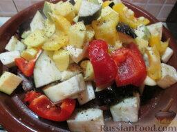 Таджин из телятины и овощей: Овощи нарезать крупным кубиком и разместить в тажине. Посолить, добавить специи. Закрыть тажин крышкой, убавить огонь, тушить все около 1,5 часов.
