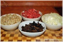 Голубцы с мясом, перловкой и грибами: Перловку хорошенько вымыть, обсушить на льняном полотенце и обжарить на сухой сковороде, до появления орехового запаха. Варить в подсоленной воде до готовности (около часа), после чего откинуть на дуршлаг и промыть холодной водой.  Приготовить мясной фарш. Говядину (кусок от лопатки) и несоленое свиное сало нарубить чуть крупнее, чем для котлет. Лук в фарш не добавлять, а также не солить и не перчить.  Репчатый лук и вареные грибы нарезать кубиками, примерно 4х4 мм.
