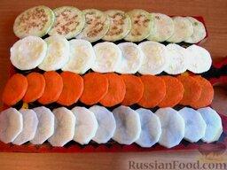 """Овощной торт """"Фермерский"""": В первую очередь помыть и почистить картофель. Нарезать его поперек круглыми пластиночками (слайсами) толщиной 2-3 мм и залить водой, чтобы при запекании он не потемнел, а наоборот приобрел красивый золотистый цвет. Пока картофель вымачивается, остальные овощи и грибы помыть, почистить. Также нарезать тонкими слайсами.  Сливки смешать с яйцами, тмином, резаной зеленью, солью, перцем и щепоткой куркумы. Измельчить чеснок. Картофельные слайсы откинуть на дуршлаг, промыть еще раз водой. Теперь все готово для следующего этапа."""
