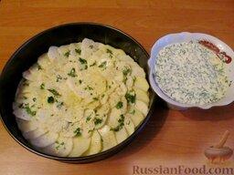 """Овощной торт """"Фермерский"""": На дно разъемной формы для выпечки положить пергаментную бумагу. Всю емкость смазать маслом. Затем последовательно уложить слоями в виде рыбьей чешуи картофель, баклажаны, кабачки, морковь, шампиньоны и опять картофель."""