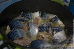 Скумбрия с овощами в сметанном соусе: Моем и тщательно чистим скумбрию, удаляя плавники, голову и хвост. Нарезаем на равномерные кусочки. Наливаем в казанок подсолнечное масло и обжариваем с обоих сторон по минут 10 нашу рыбу.