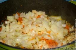 Скумбрия с овощами в сметанном соусе: Через 10 минут добавляем нарезанный лук.